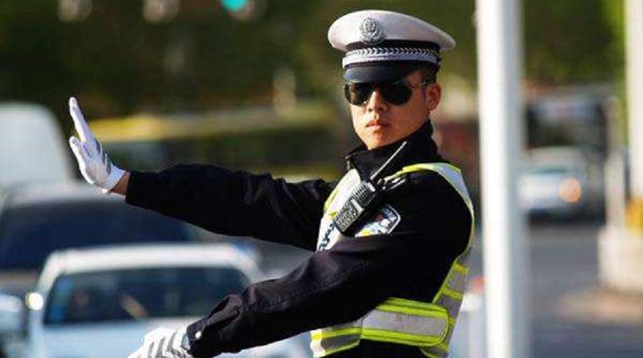 """""""举报""""交警上班时间吃早饭,却遭到广大网友集体""""回怼"""",怎么回事?"""
